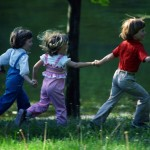 3 kinder beim schnitzeljagd-geburtstag in der natur